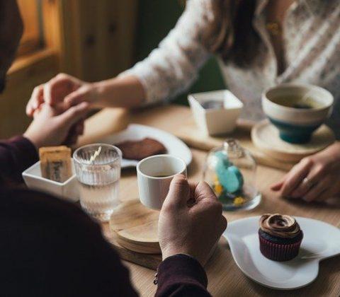 Para na spotkaniu w kawiarni