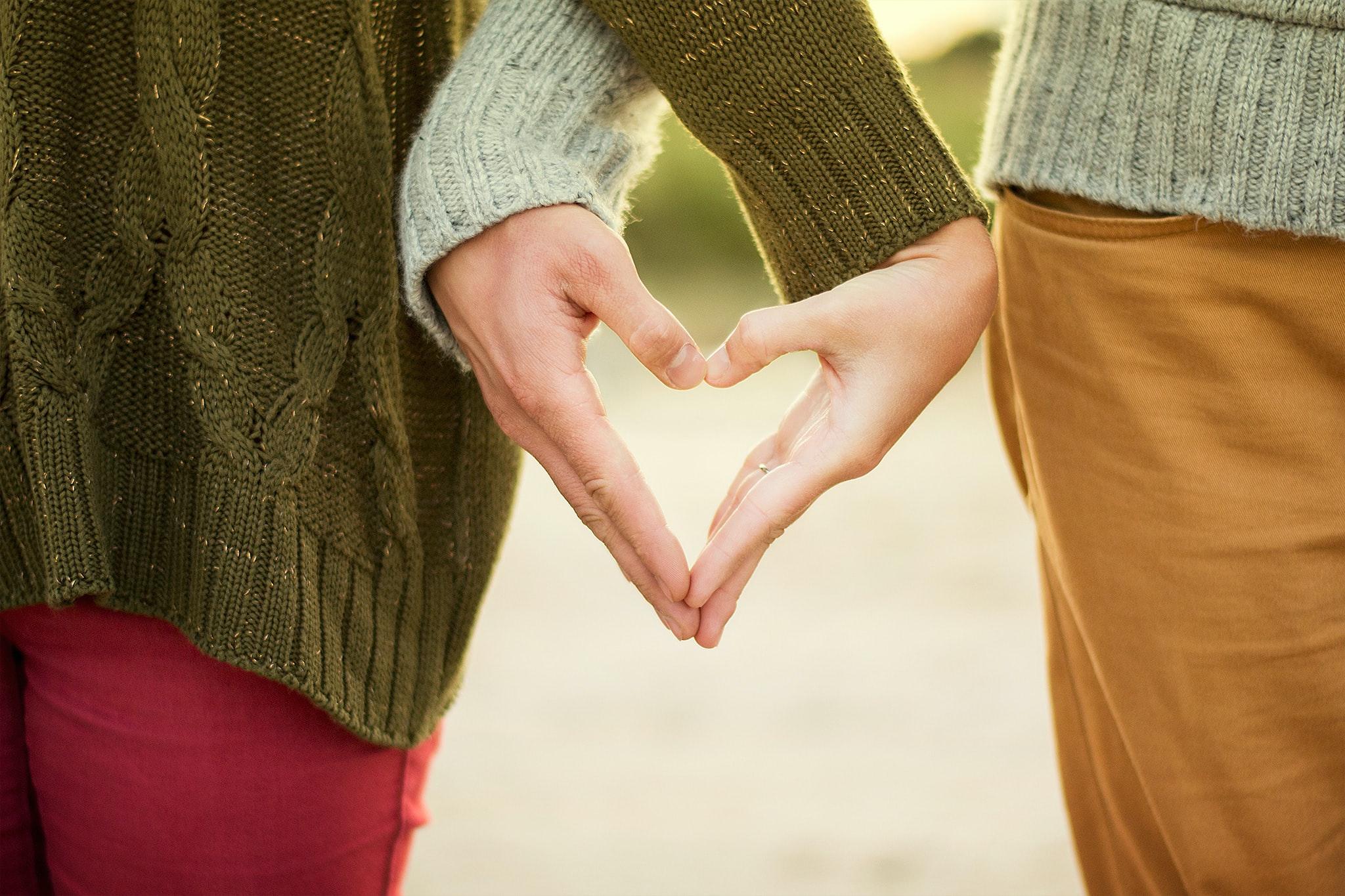 para, która tworzy serce z własnych dłoni