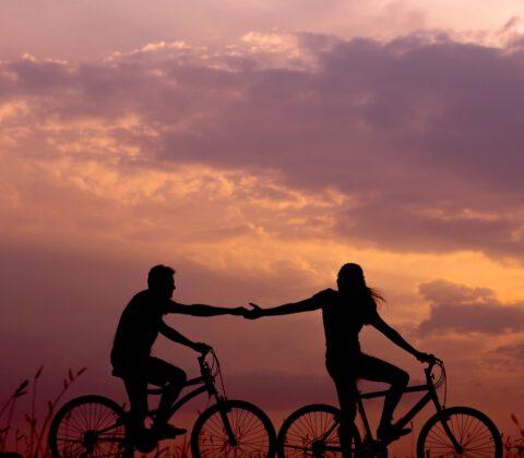 para jadąca na rowerach
